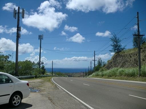 セッティ湾展望台の駐車場と海