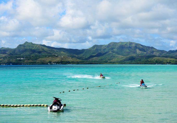 ココス島でジェットスキーをしている人