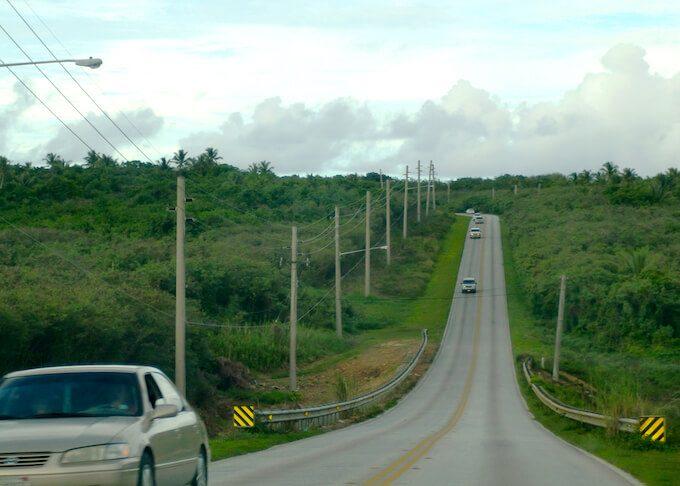 グアム東部の高低差が激しい道路