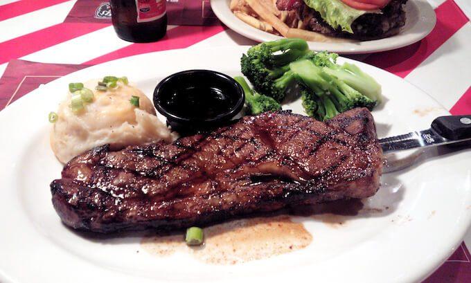 グアムのフライデーズのステーキ
