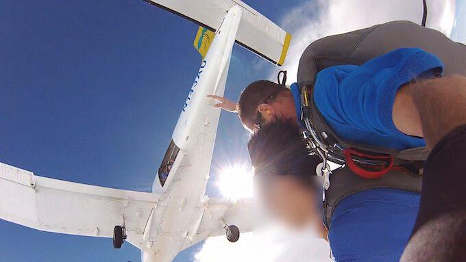 グアムでスカイダイビングしている男性とセスナ