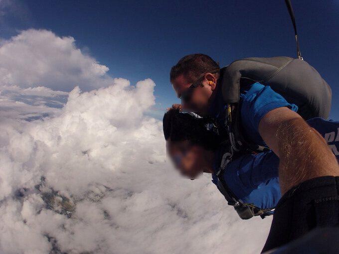 グアムでスカイダイビングしている人と雲