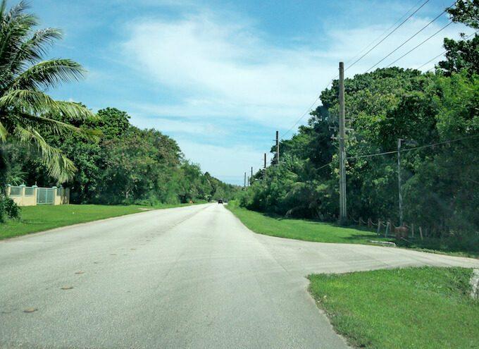 グアム南西部のアガットの道路