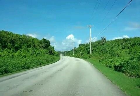 グアム東部の白い道路