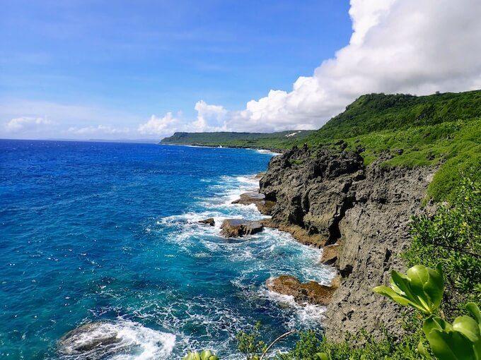グアム東部の崖と荒波