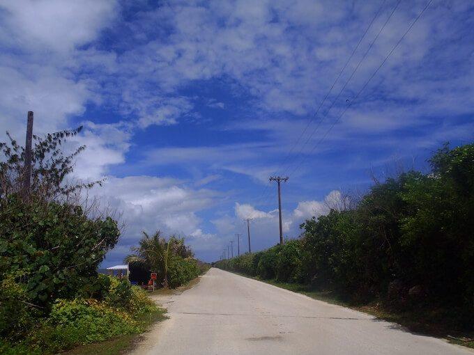 グアムのローカルな田舎道と青空