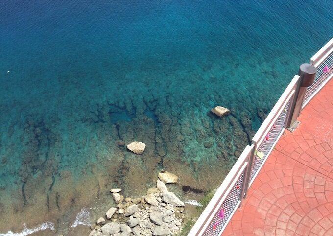 グアムの恋人岬を真下に見た海