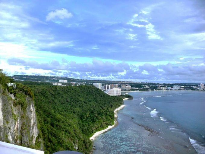 グアムの恋人岬の崖