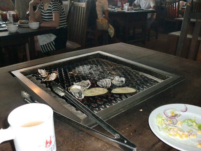 グアムのセイルズバーベキューで魚介を焼いている所