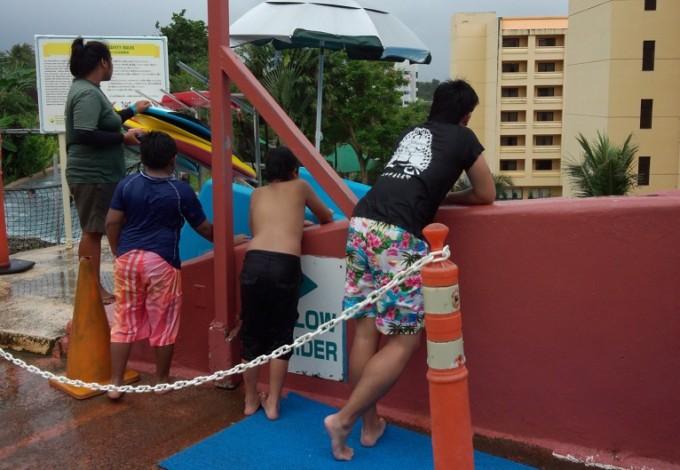 天気の悪いプールと子ども