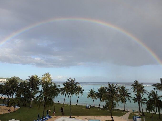 グアムの海にかかる虹