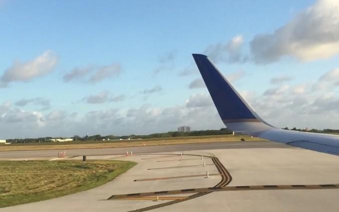 グアム空港と飛行機