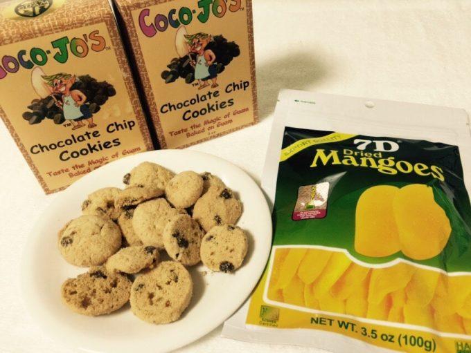 グアムのクッキーとマンゴーチップス