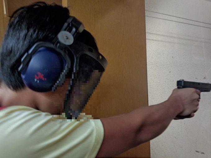 グアムで射撃をする男性