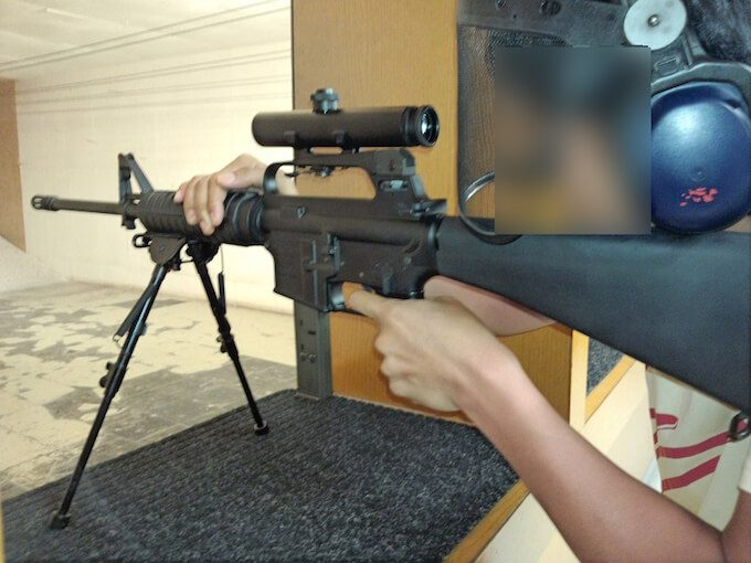 グアムで射撃遊びをしている男性