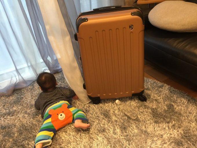 赤ちゃんとスーツケース