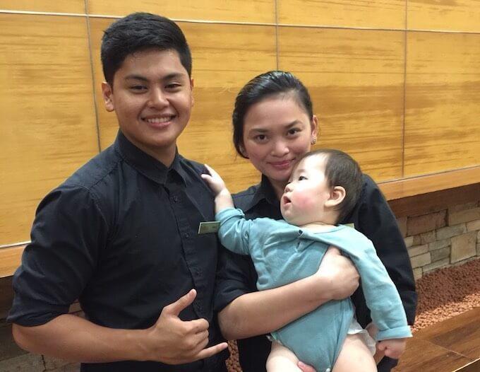グアムで現地で抱かれる赤ちゃん