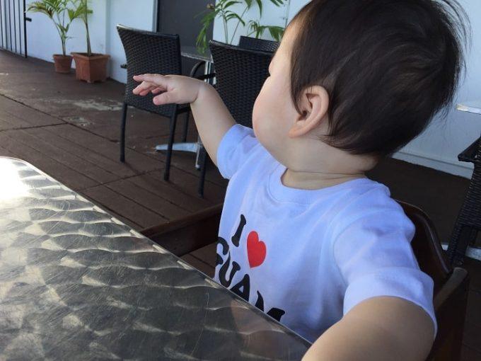 グアムのTシャツを着たベビー