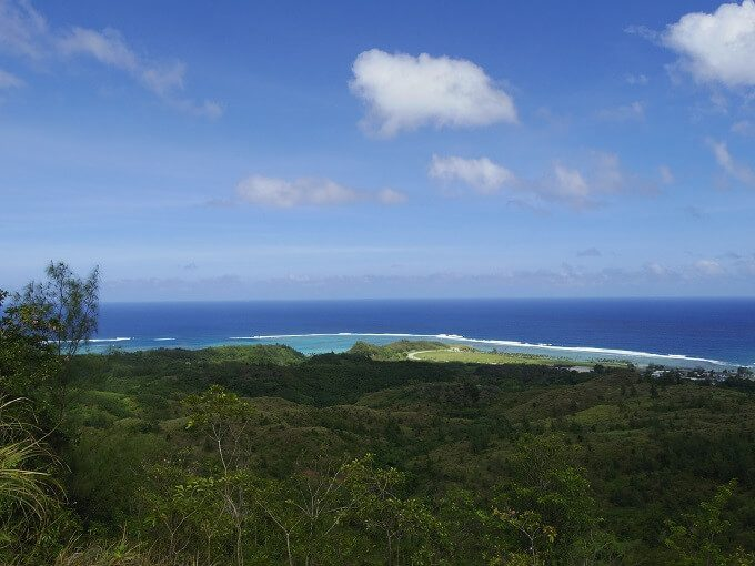 グアムのアサン展望台から見た海と山