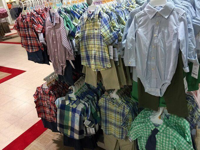 グアムのメイシーズにあるシャツのベビー服
