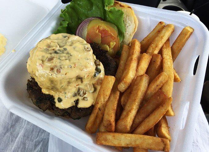 グアムのシーフード系のハンバーガー