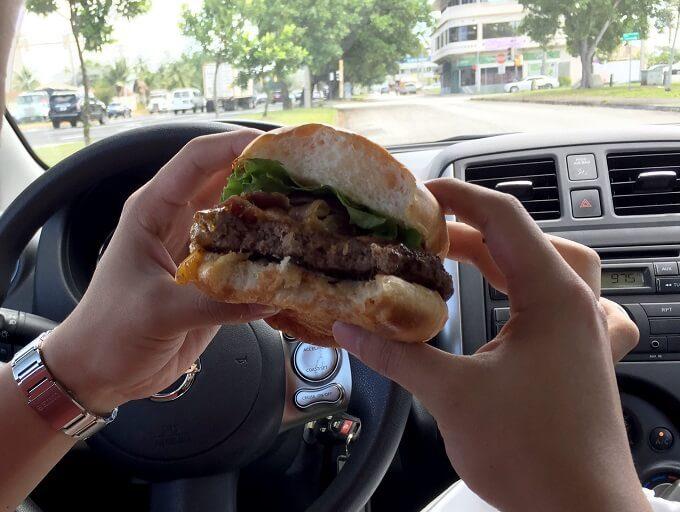 グアムのモサズの食べかけのチーズバーガー
