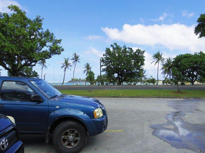 グアムのモサズジョイントの駐車場と海
