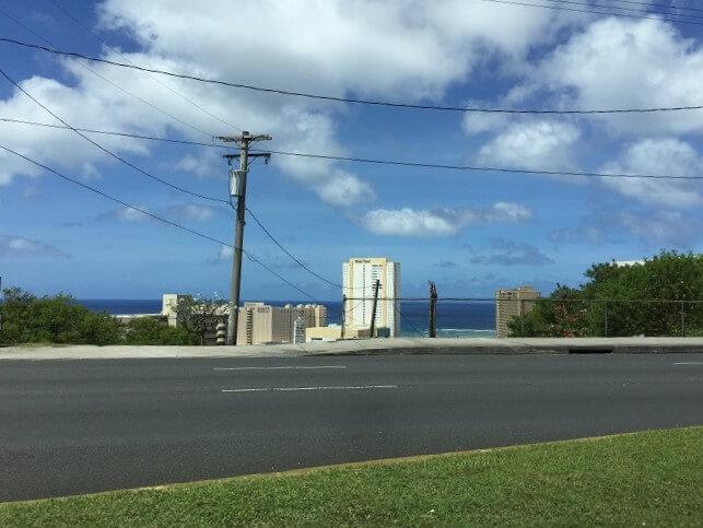 グアムのルート1から見える海とホテル