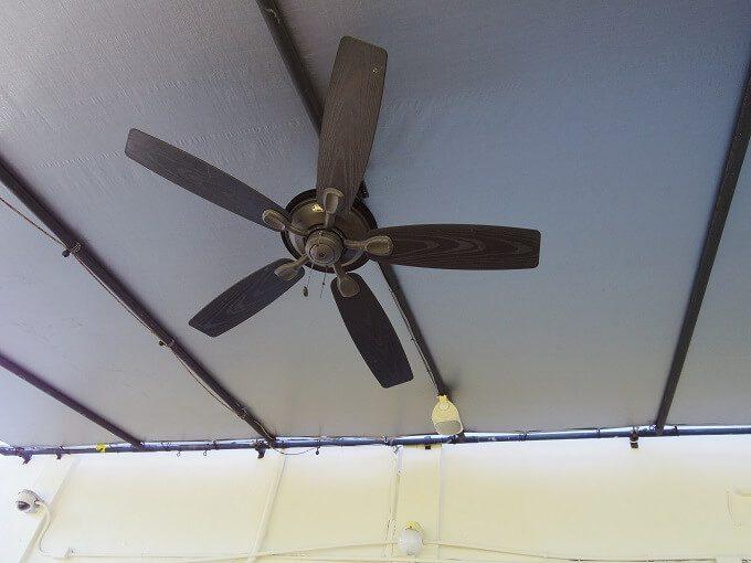 グアムのトゥリカフェの天井の風車