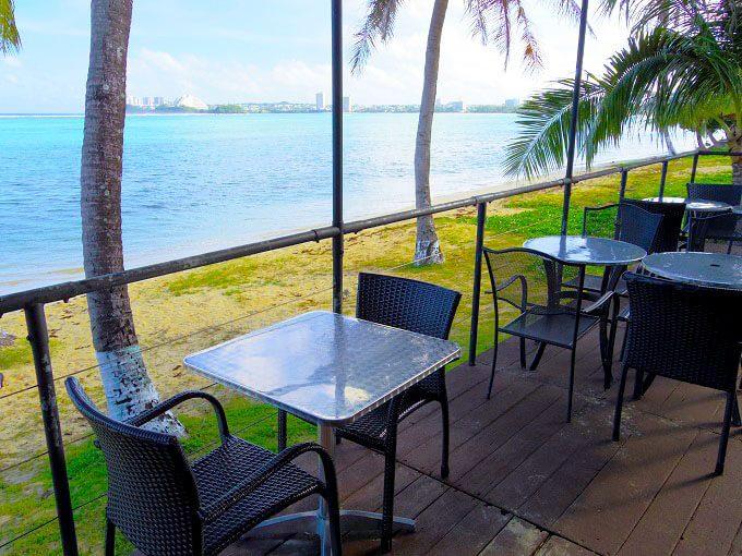 グアムの海沿いのカフェ