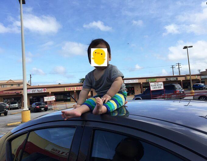 車の上に座る赤ちゃん