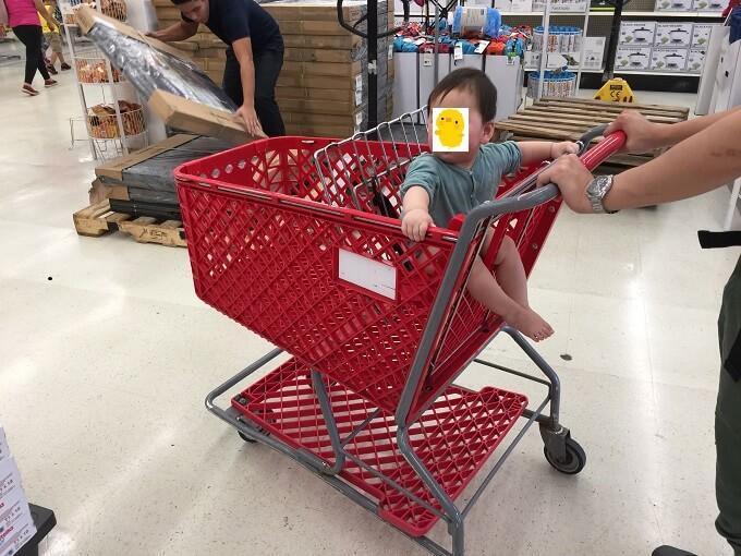 グアムのKマートのカートに乗る赤ちゃん