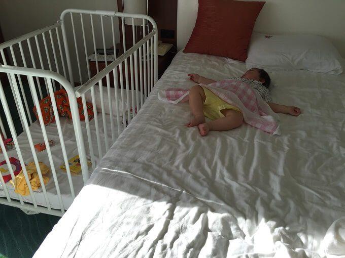 グアムのニッコーホテルで寝る赤ちゃん