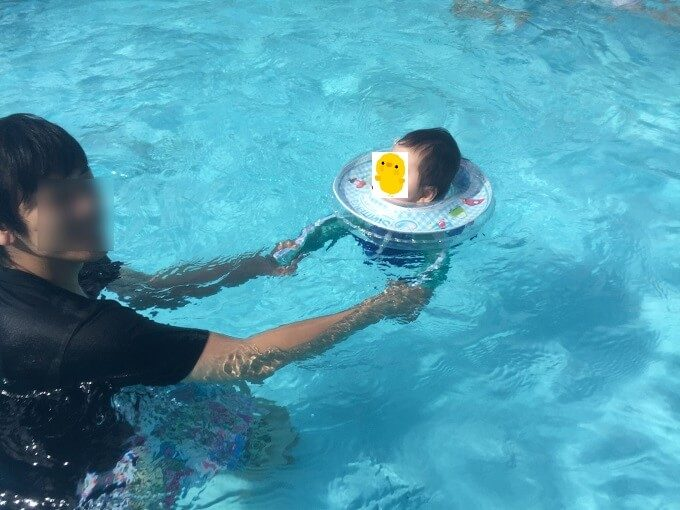 スイマーバ―で泳ぐ赤ちゃん