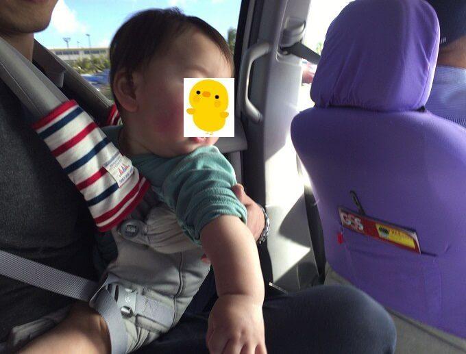 グアムのタクシーに乗る赤ちゃん