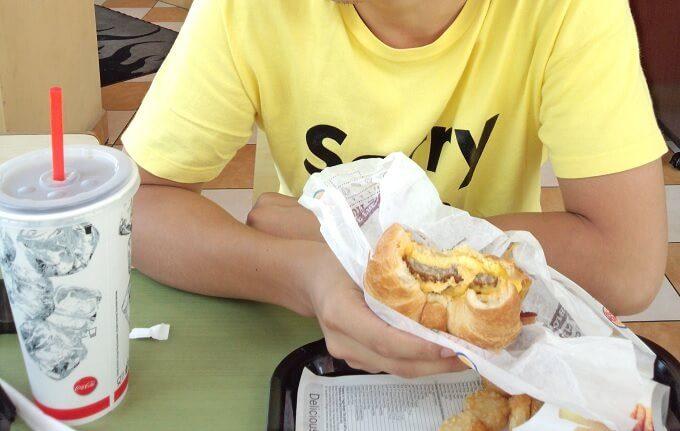 グアムのバーガーキングのクロワッサンドイッチ
