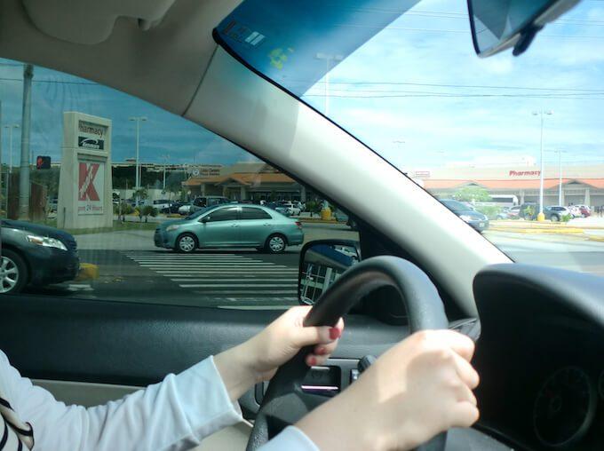 グアムで運転する女性