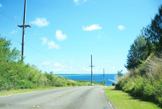 グアムのメリッソ近くの道路とココス島
