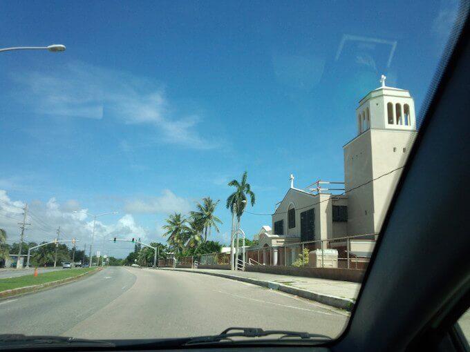 グアム南東の道路と教会