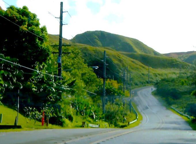 グアムのウマタックの山と道路