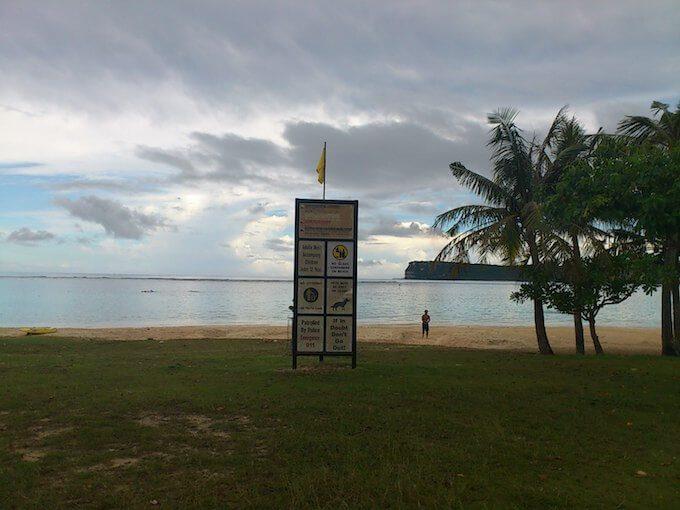 曇り空のグアムのイパオビーチ