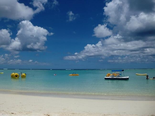 タモンの青々とした美しいビーチ