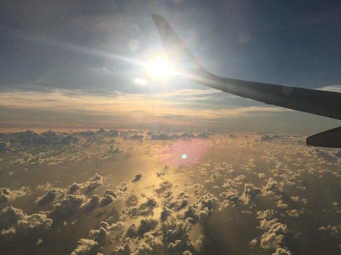飛行機から見た雲と夕焼け