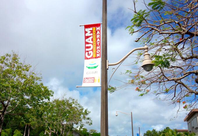グアムマラソンの街中の旗