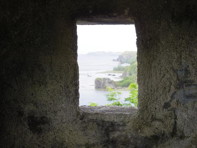 ソレダッド砦の中の窓から見た入江