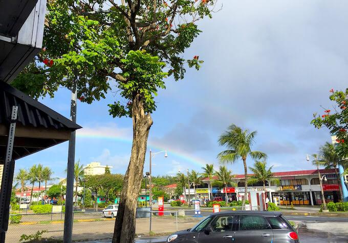 グアムの二重の珍しい虹
