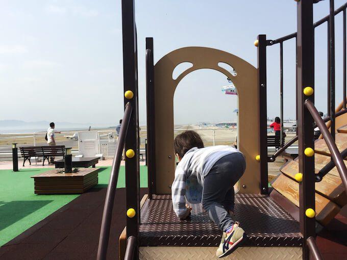 関空の展望塔で遊ぶ1歳児