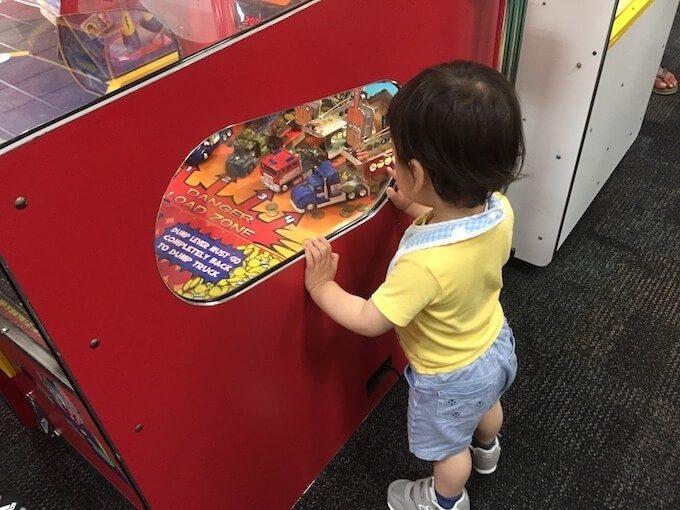 チャッキーチーズで遊ぶ1歳児