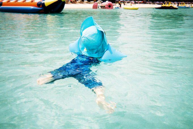 タモンビーチで泳ぐ1歳児