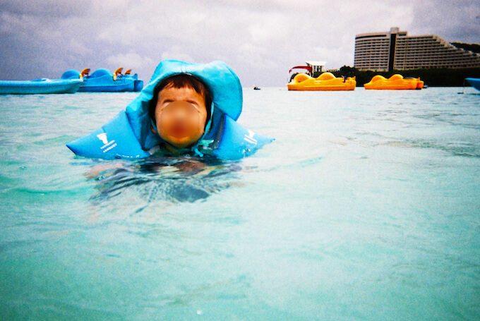 タモンビーチでプカプカ浮かぶ1歳児